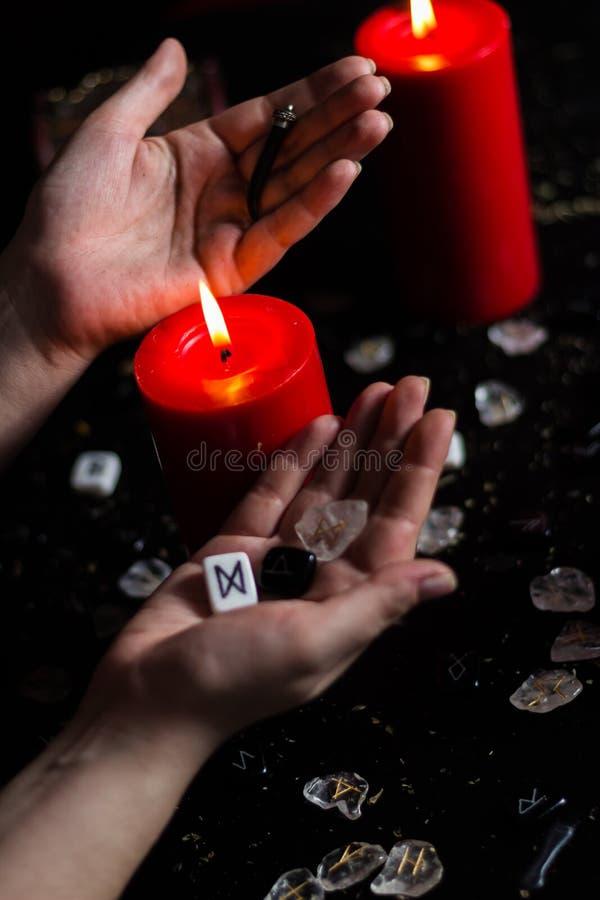 Rune nella mano della strega fotografia stock libera da diritti