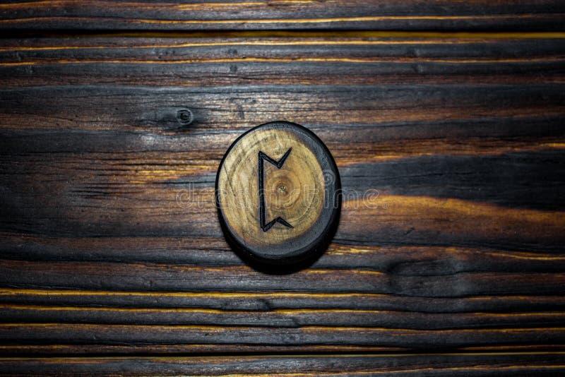 Rune Pertho Peord schnitzte vom Holz auf einem hölzernen Hintergrund lizenzfreies stockfoto