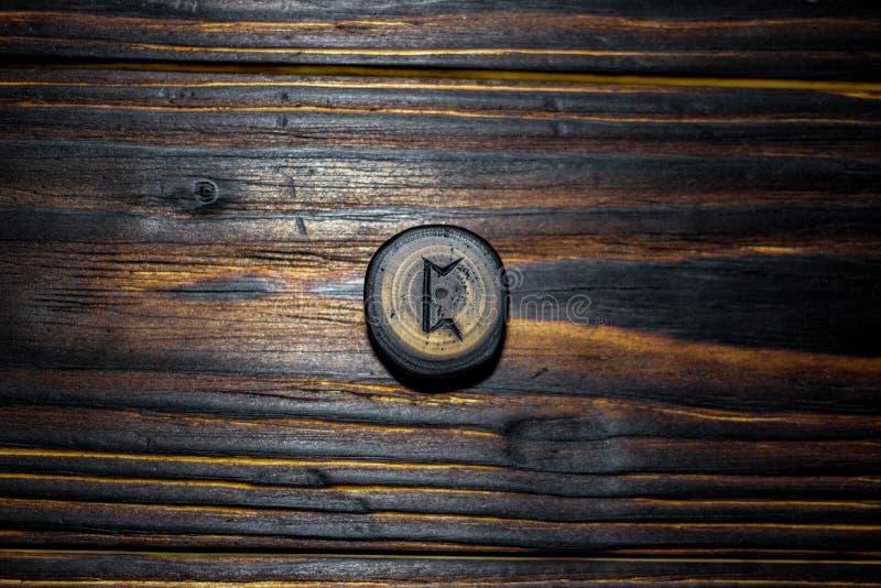Rune Pertho Peord van hout op een houten achtergrond wordt gesneden die stock foto