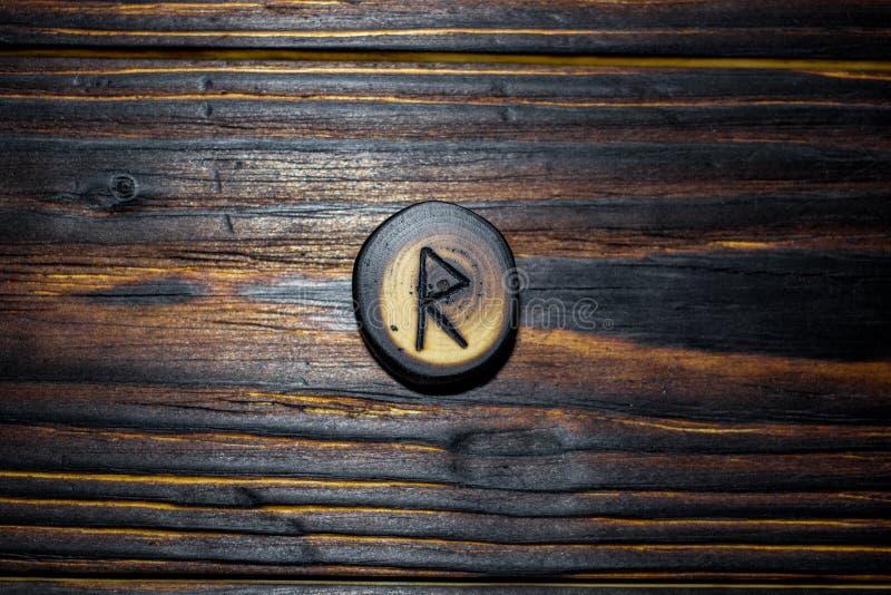 Rune Raido van hout op een houten achtergrond wordt gesneden die royalty-vrije stock afbeelding