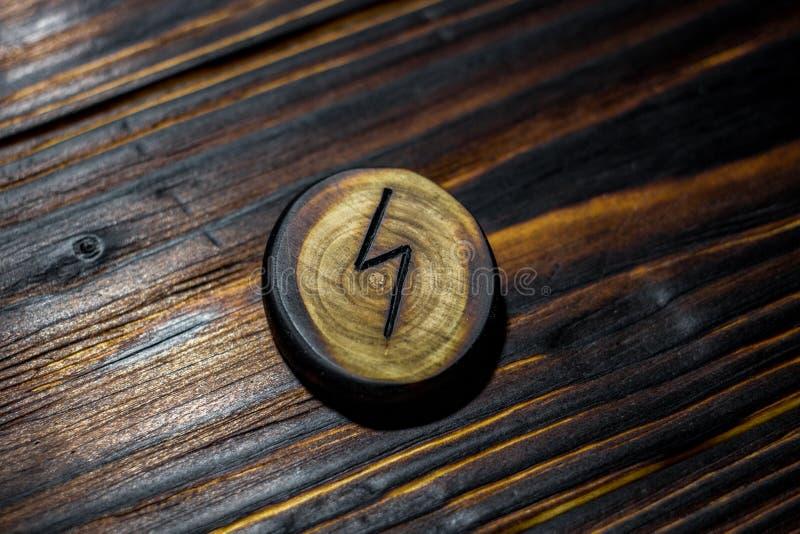 Rune Sowilo Sigel, Solenoid schnitzte vom Holz auf einem hölzernen Hintergrund stockfotografie