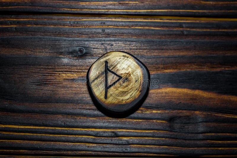 Rune Thurisaz Thurs schnitzte vom Holz auf einem hölzernen Hintergrund lizenzfreie stockfotografie