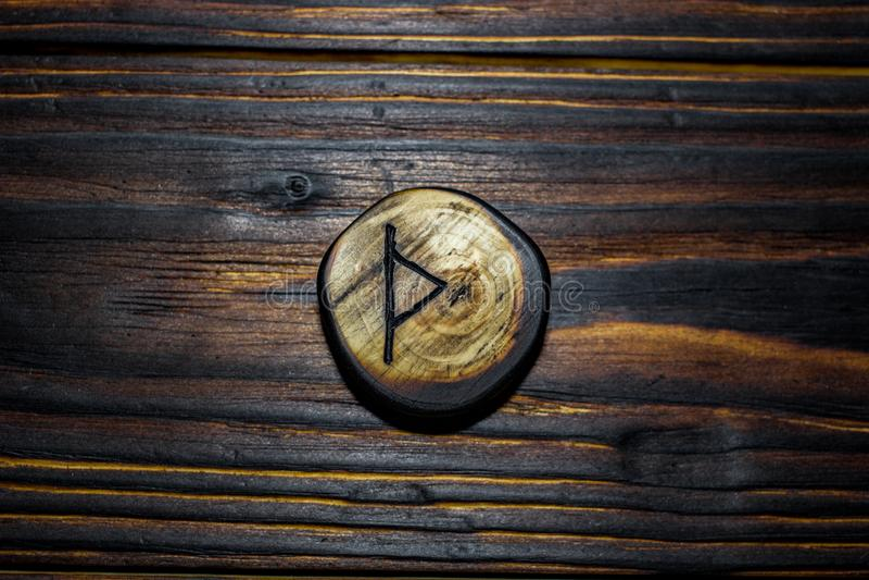 Rune Thurisaz Thurs van hout op een houten achtergrond wordt gesneden die royalty-vrije stock fotografie
