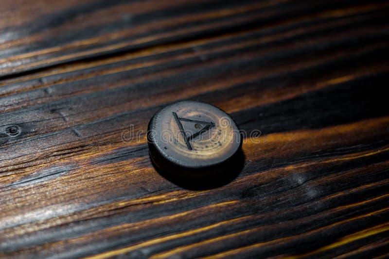 Rune Thurisaz Thurs van hout op een houten achtergrond wordt gesneden die royalty-vrije stock afbeelding