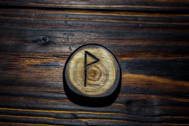 Rune Wynn Wen van hout op een houten achtergrond wordt gesneden die stock fotografie