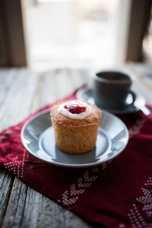 Runebergintorttu ou torte e café de Runebergs fotos de stock royalty free