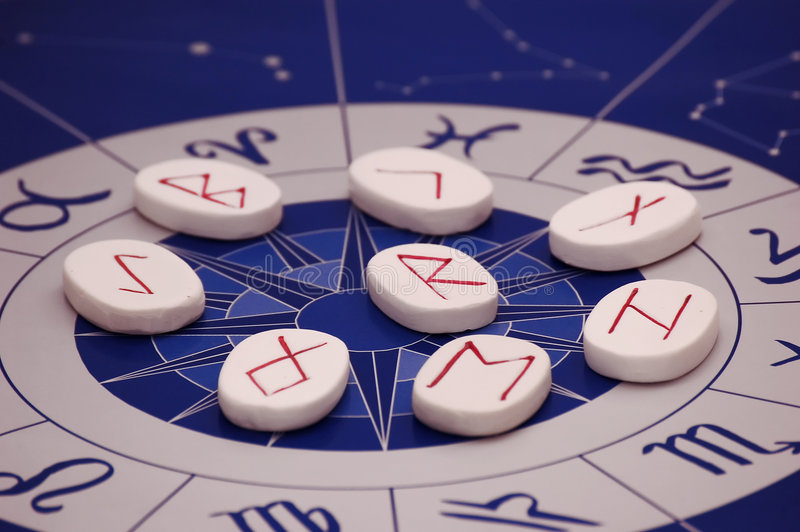 Runen mit Tierkreis stockfotografie