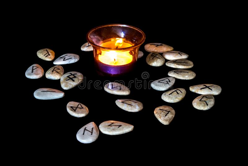 Runen um eine Kerze stockbild