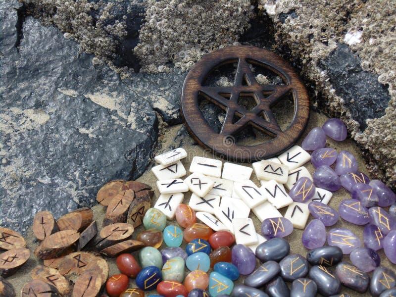 Runen und Pentagram stockbilder