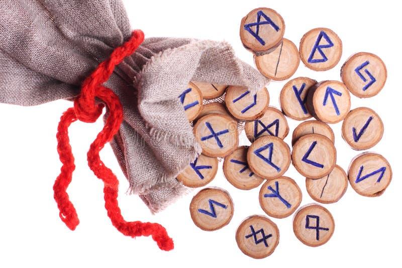 Runen und Tasche getrennt stockfotografie