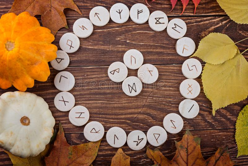 Runes en bois pour l'oracle photo stock