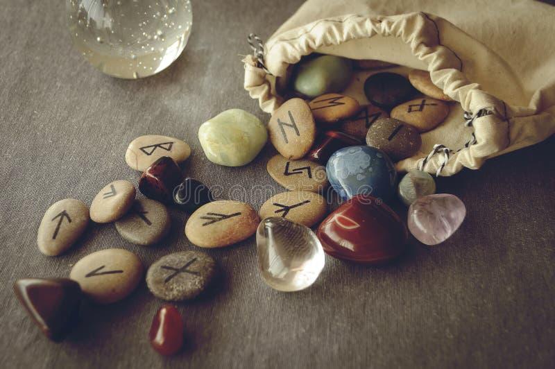 Runes et cartes de tarot photo libre de droits