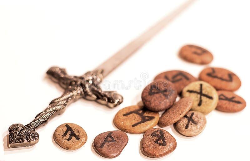 Runes et poignard des norses image libre de droits