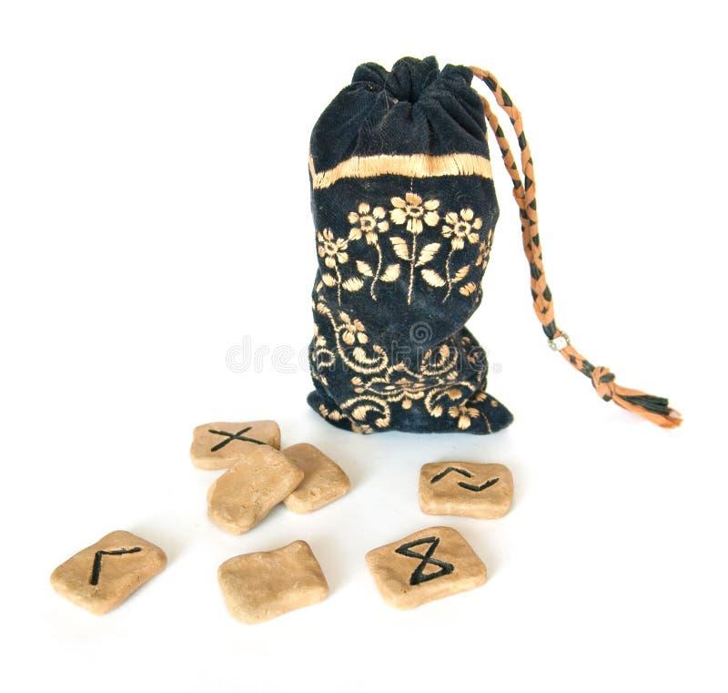 Runes et un sac debout images stock