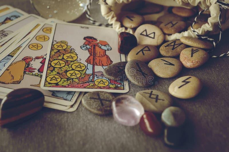 Runes i tarot karty obraz stock