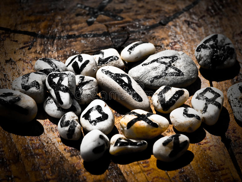 Runes mágicos do destino fotos de stock