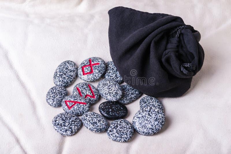 Runes naturalni kamienie na aksamitnej torbie zdjęcia royalty free