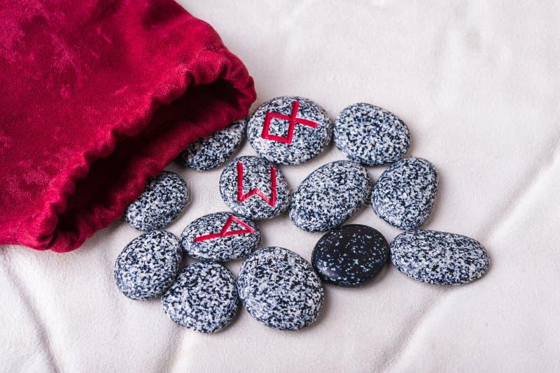 Runes naturalni kamienie na aksamitnej torbie fotografia stock