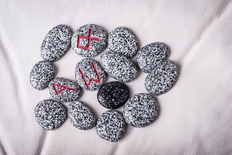Runes naturalni kamienie na białej baranicie obraz stock