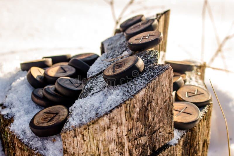 Runes rzeźbili od drewna na śniegu - Stary Futhark obrazy royalty free