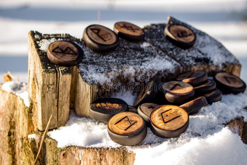 Runes rzeźbili od drewna na śniegu - Stary Futhark zdjęcie stock