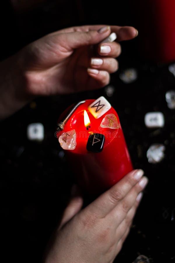Runes w ręce czarownica obrazy stock