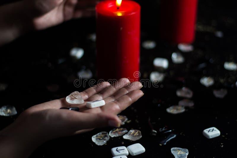 Runes w ręce czarownica zdjęcia stock
