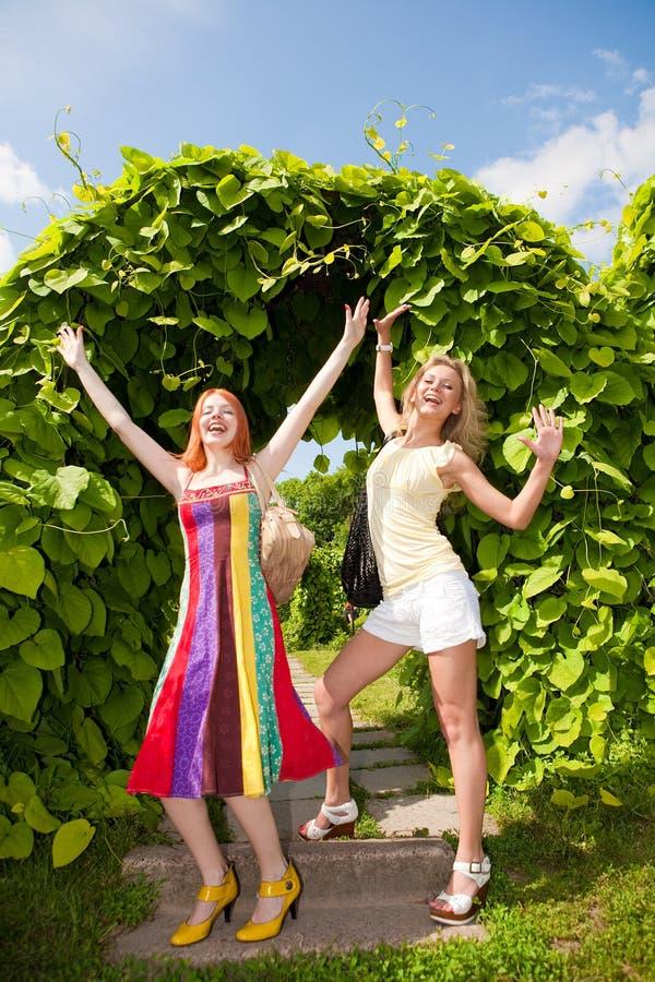 runing二名妇女的愉快的公园新 免版税库存照片