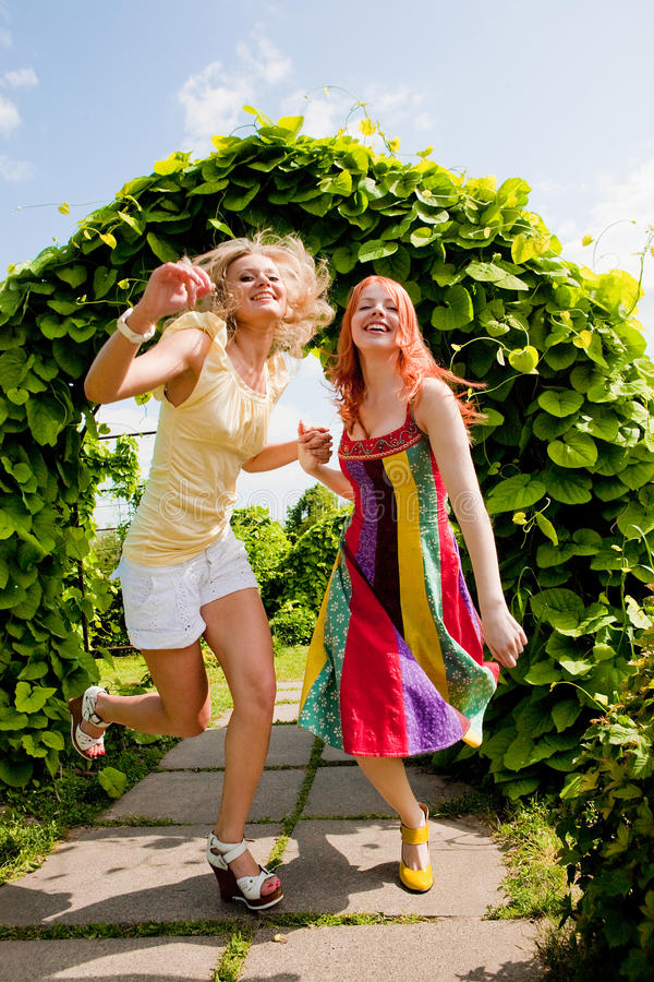 runing二名妇女的愉快的公园新 库存图片