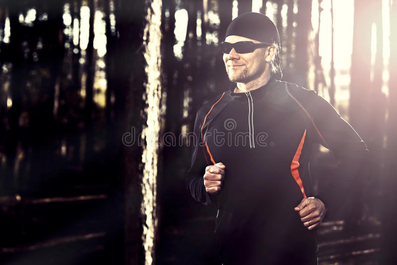 Runing en el bosque fotos de archivo