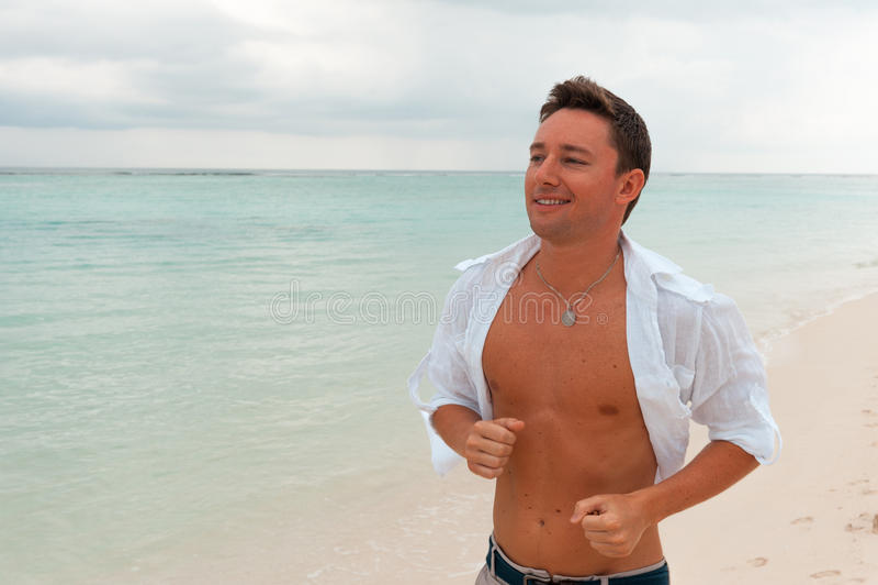 Runni facente maschio sorridente attraente di esercizio di forma fisica di sport felice fotografia stock libera da diritti