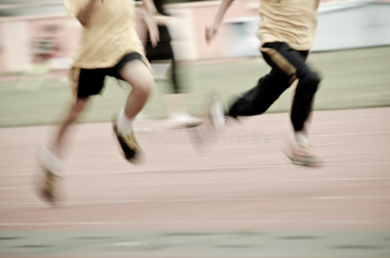 Running barn på sportspår royaltyfri foto