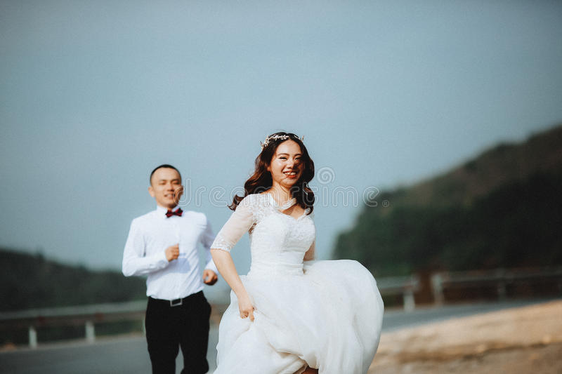 Running Bride And Groom Free Public Domain Cc0 Image