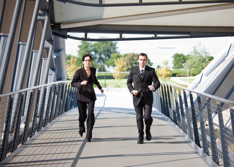 running för affärskonkurrensfolk arkivfoto