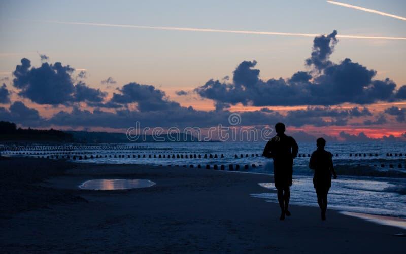running silhouette för par royaltyfria foton