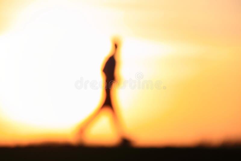 running silhouettesolnedgång för man arkivbild