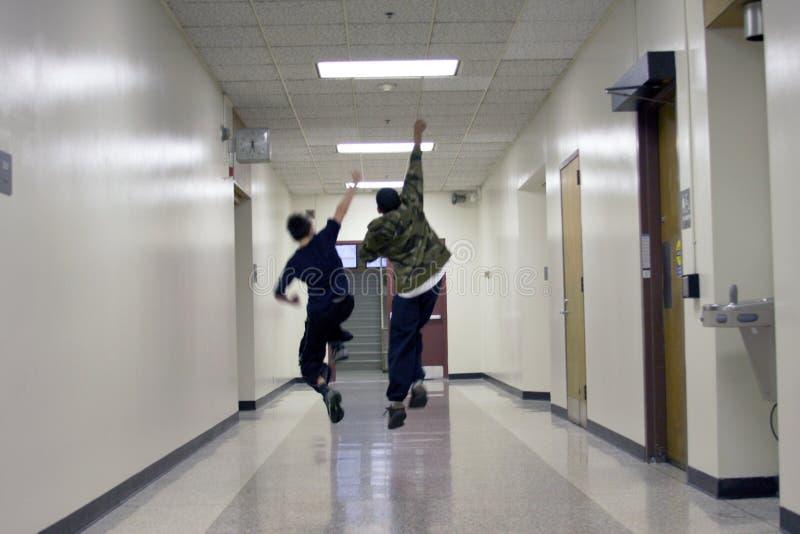running skola för pojke arkivfoto