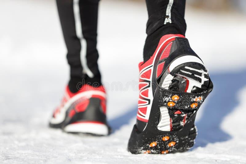 Running skor i snow royaltyfri foto