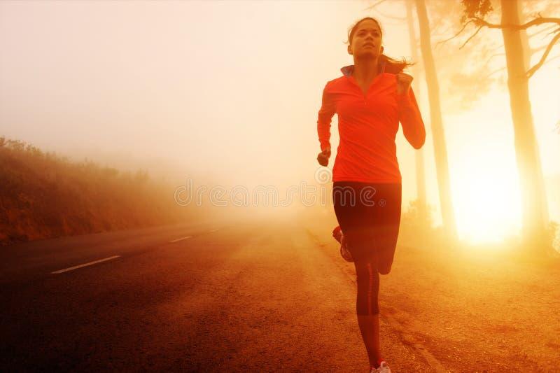 running soluppgångkvinna royaltyfri bild