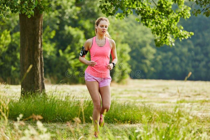 running sportigt kvinnabarn arkivfoton
