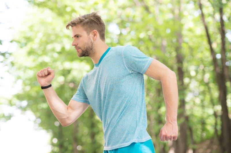 running sportmanhoogtepunt van energie mens die sport openlucht maken Sportkledingsmanier Gezondheid en Geschiktheid Looppas aan  stock afbeeldingen