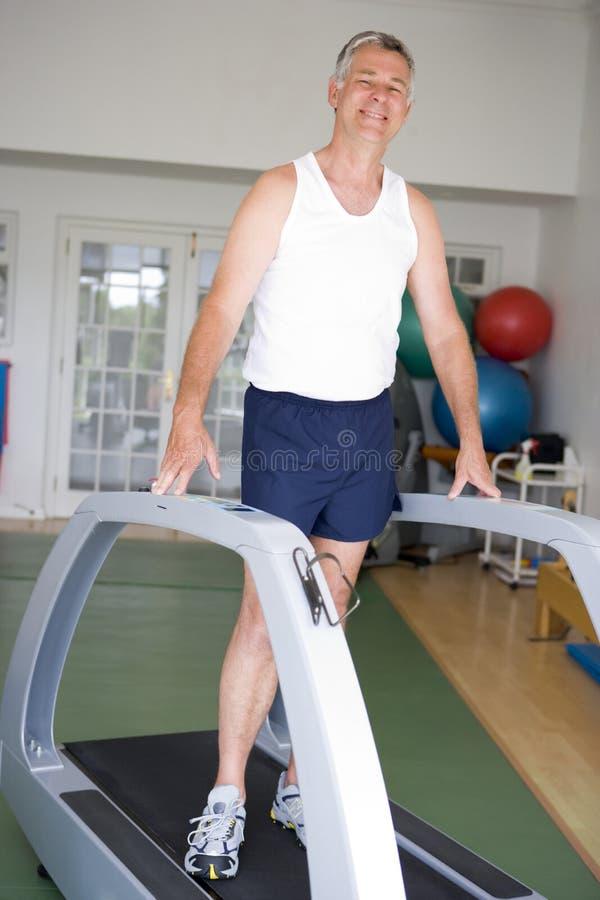 running treadmill för idrottshallman arkivbilder