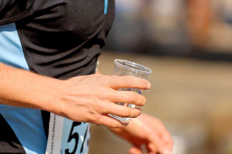 running vatten för kopp royaltyfria bilder