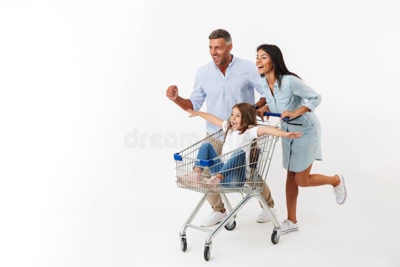 Runnnig feliz de la familia mientras que hace compras junto fotos de archivo