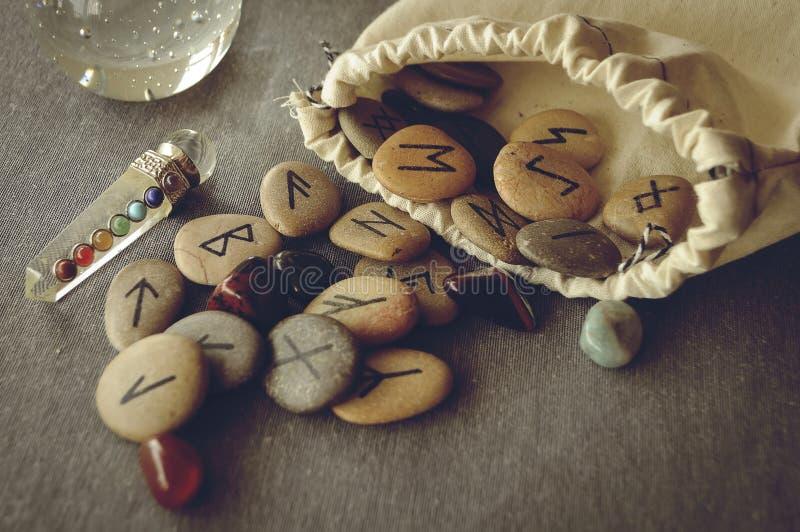 Runor och tarokkort royaltyfri fotografi