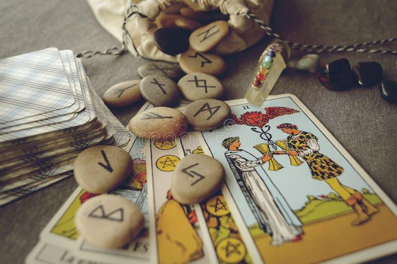 Runor och tarokkort royaltyfri bild