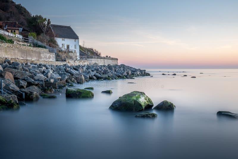 Runswick late a casa de campo do pescador na costa leste norte de Yorkshire em Inglaterra imagens de stock royalty free