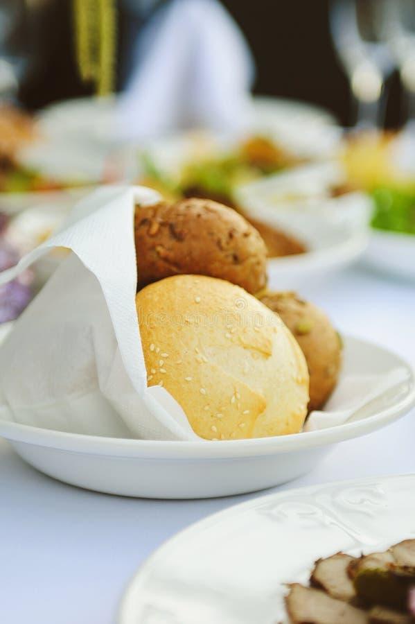 Runt bröd i servett royaltyfri fotografi