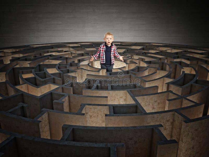 Runt labyrint och barn royaltyfri fotografi