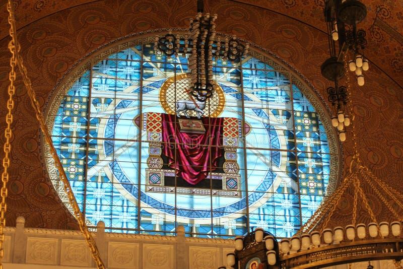 Runt målat glassfönster av St Nicholas Cathedral arkivbilder
